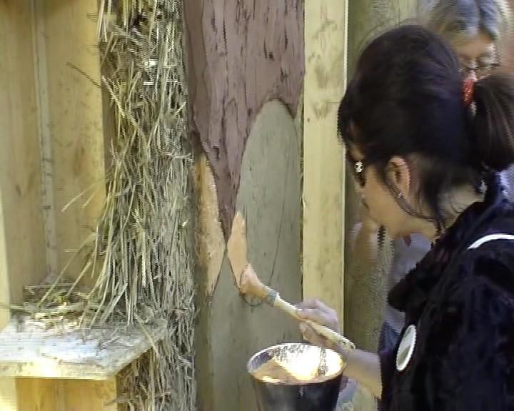 Россия.  Натуральная декоративная отделка стен из соломенных блоков.